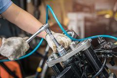 Mechanik używa nasadkę na silniku motocykl i wyrwanie Fotografia Stock