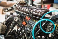 Mechanik używa nasadkę na silniku motocykl i wyrwanie Obraz Royalty Free