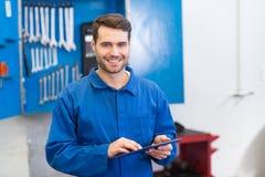 Mechanik używa pastylka komputer osobistego zdjęcia royalty free