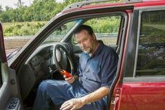 Mechanik Używa usterka przeszukiwacz Na Starej ciężarówce Zdjęcia Royalty Free