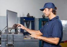 Mechanik Używa komputer W Remontowym sklepie Zdjęcia Stock