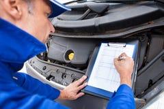 Mechanik utrzymuje samochodów rejestry fotografia royalty free