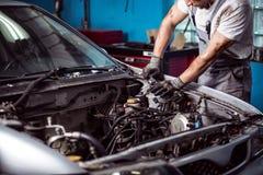 Mechanik utrzymuje samochodowego silnika zdjęcia stock