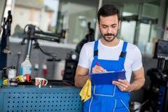 Mechanik w auto remontowego sklepu pozyci Obrazy Stock