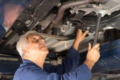 Mechanik w automobilowym warsztacie fotografia stock