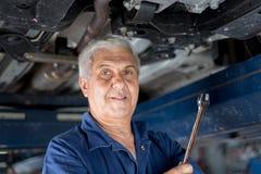 Mechanik w automobilowym warsztacie zdjęcia royalty free