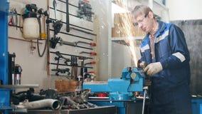 Mechanik w garażu przy pracą - kółkowy saw błyska podczas pracownika metalu samochodu szlifierski szczegół hamstrung naprawiania zdjęcie wideo