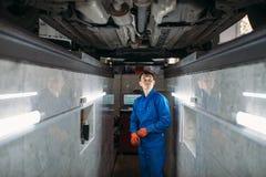 Mechanik w jama czeków dnie samochód obraz royalty free