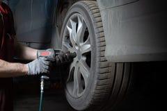 Mechanik w usługowym centrum sprawdza zawieszenie samochód Wykonuje sezonowego koła zastępstwo fotografia royalty free