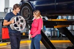 Mechanik Wyjaśnia aliaż klient fotografia royalty free