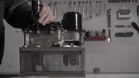 Mechanik wykonuje zgromadzenie nowożytny automatyczny przekaz DSG, w górę, mechaniczny zdjęcie wideo