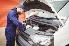 Mechanik załatwia samochód dostawczego obraz royalty free