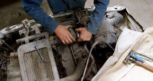 Mechanik załatwia samochód 4k zbiory