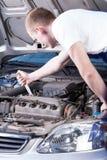 Mechanik załatwia samochodowego silnika Obrazy Royalty Free