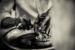 Mechanika cleaning samochód, naprawianie silnik/ Obrazy Stock