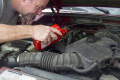 Mechanika dolewania olej W Starym pojazdzie Zdjęcie Stock
