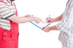 Mechanika i klienta podpisywania dokumenty na schowku Obrazy Royalty Free