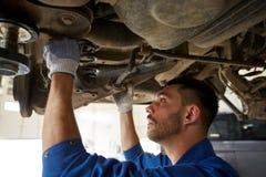 Mechanika mężczyzna lub kowala naprawiania samochód przy warsztatem obraz stock