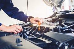 Mechanika odmieniania oleju mechanik w auto remontowej usługa zdjęcie stock