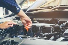 Mechanika odmieniania oleju mechanik w auto remontowej usługa obrazy stock