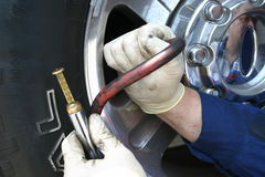 mechanika preasure sprawdzić opony Fotografia Stock