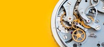 Mechanika stopwatch chronometru mechanizm, wiosen brązowi cogs toczy makro- widok Płytka głębia pole, selekcyjna ostrość Obrazy Stock