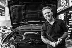 Mechanika technik przy auto remontowym sklepem Zdjęcie Stock