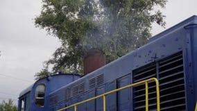 Mechaniker überprüft einen Zug Reparatur des Bruchsystems der Lokomotive stock video footage