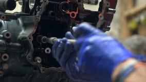 Mechaniker baut manuell Motorradmaschine auseinander stock video footage