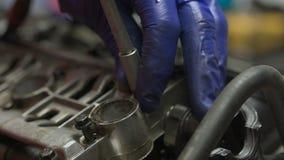 Mechaniker baut manuell Motorradmaschine auseinander stock video