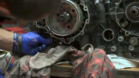 Mechaniker baut Motorradmaschine durch Frosch Schlüssel auseinander stock video