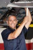Mechaniker bei der Arbeit Stockfotografie