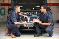 Mechaniker bei der Arbeit lizenzfreie stockbilder