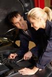 Mechaniker bei der Arbeit lizenzfreie stockfotos