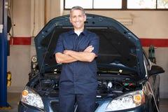 Mechaniker bei der Arbeit vor Auto Lizenzfreie Stockfotografie