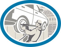 Mechaniker-Changing Car Tire-Reparatur Retro- Lizenzfreies Stockbild