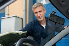 Mechaniker Cleaning Car Windshield Stockbilder