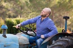 Mechaniker, der alte agrimotors am Bauernhof reparing ist Stockfotos