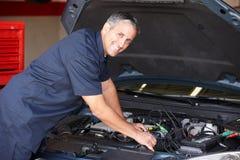 Mechaniker, der an Auto arbeitet Stockfotografie
