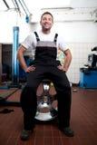 Mechaniker, der bei der Arbeit lächelt lizenzfreies stockfoto
