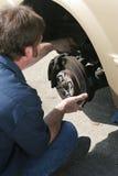 Mechaniker, der Bremsen justiert stockfotografie