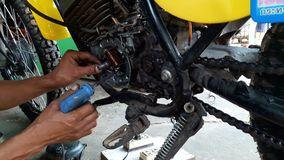 Mechaniker, der das elektrische System repariert stock footage
