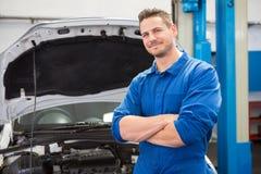 Mechaniker, der an der Kamera lächelt Lizenzfreies Stockbild