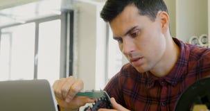 Mechaniker, der Durchmesser des Kettenblattes mit Noniustasterzirkeln 4k überprüft stock video