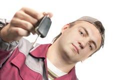 Mechaniker, der eine Autotaste gibt Stockbild