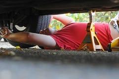 Mechaniker, der an einem Auto arbeitet stockfoto