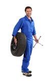 Mechaniker, der einen Gummireifen anhält Stockbild