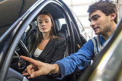 Mechaniker, der einen Kunden anweist Lizenzfreies Stockfoto