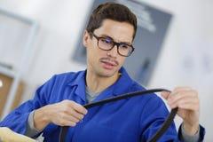 Mechaniker, der einen Streifen hält stockfoto