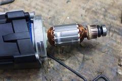 Mechaniker, der elektrischen Starter repariert Lizenzfreie Stockfotografie